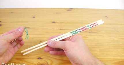 只要有了一條橡皮筋和一小塊紙,每個人能正確拿起筷子了!